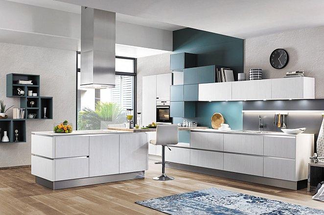 Ruime greeploze keuken met kookeiland en kastenwand - Afbeelding 1 van 4
