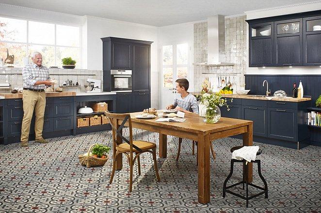 Ruime landelijke keuken in fluweelblauw - Afbeelding 2 van 4
