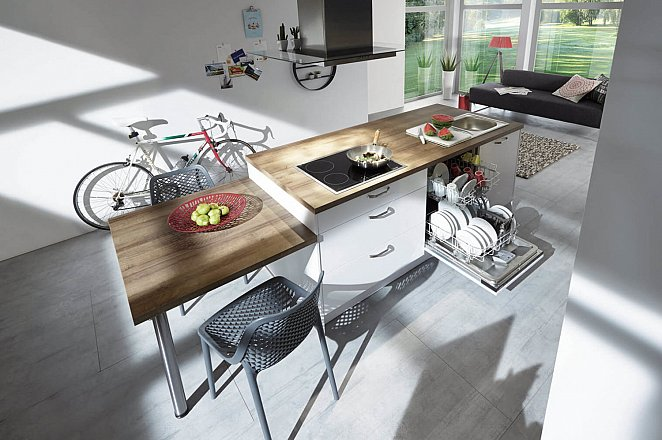 Moderne eiland keuken met kastenwand - Afbeelding 2 van 3