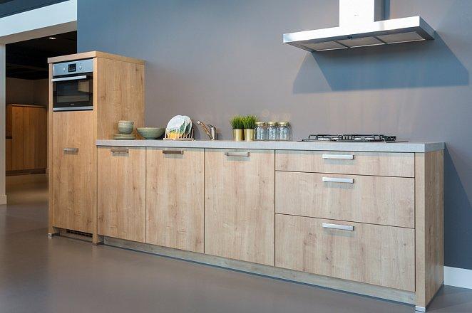 Rechte houten keuken met Zanussi apparatuur - Afbeelding 1 van 8
