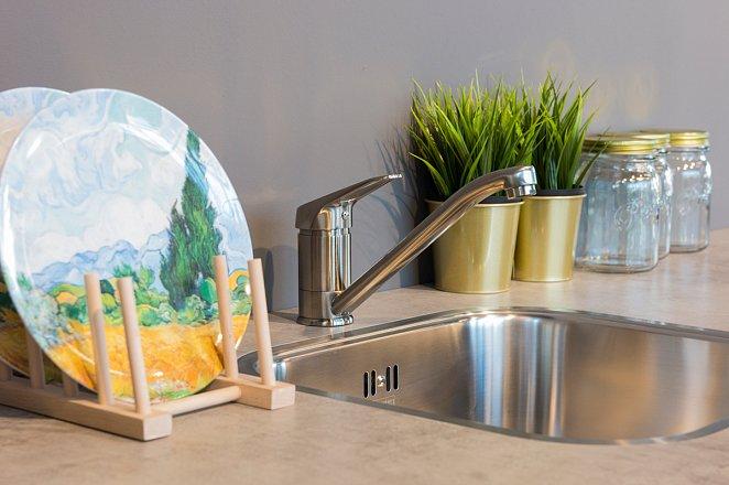 Rechte houten keuken met Zanussi apparatuur - Afbeelding 4 van 8