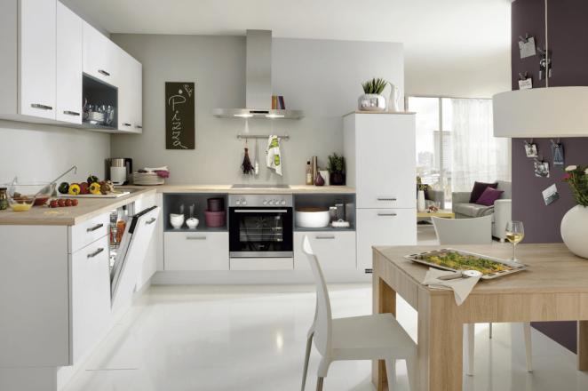 Witte hoekkeuken met oranje keuken elementen - Afbeelding 2 van 3