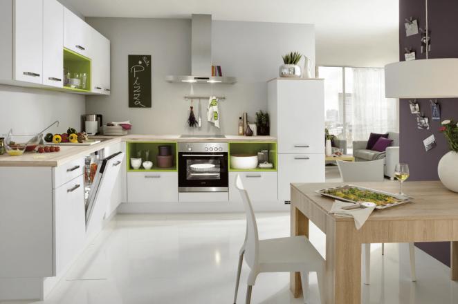 Witte hoekkeuken met oranje keuken elementen - Afbeelding 3 van 3
