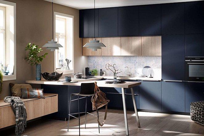 Blauwe hoekkeuken met houten keukenelementen - Afbeelding 1 van 5