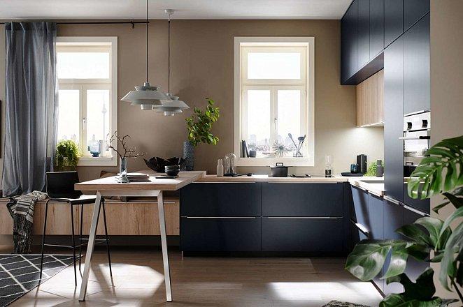 Blauwe hoekkeuken met houten keukenelementen - Afbeelding 2 van 5