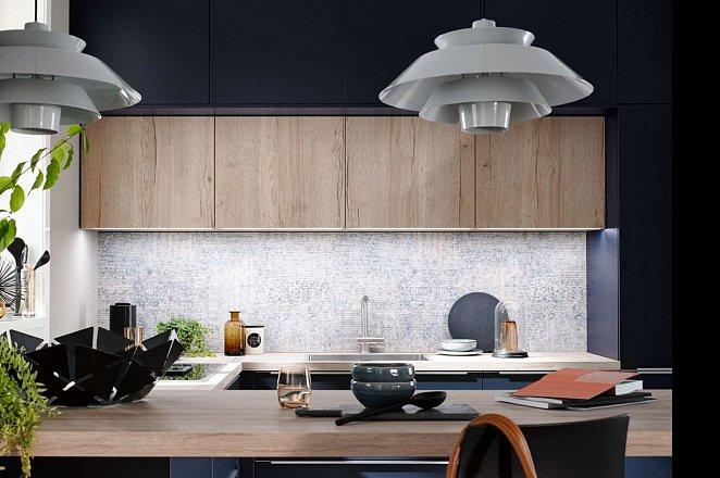 Blauwe hoekkeuken met houten keukenelementen - Afbeelding 3 van 5