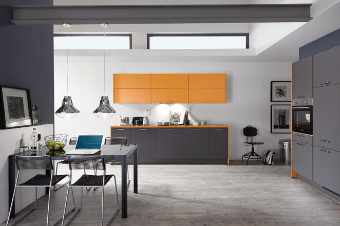 Donkergrijze/oranje keuken met losse keukenelementen - Afbeelding 1 van 1