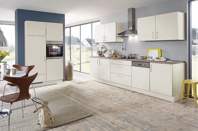 Rechte crème kleurige keuken met houten werkblad - Afbeelding 1 van 2