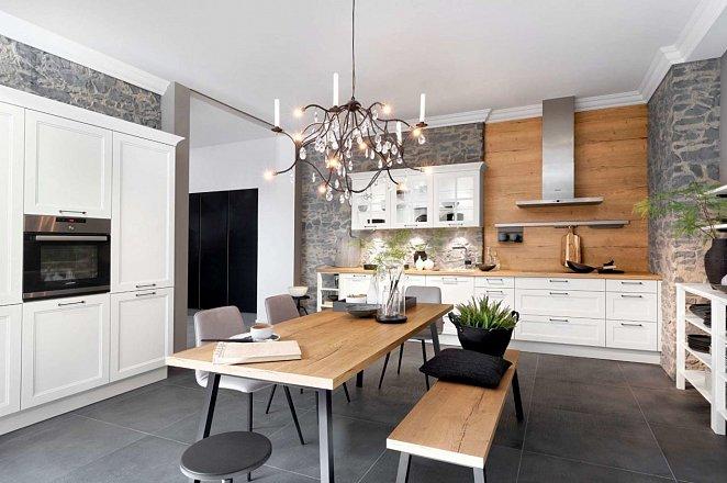 Ruime witte keuken met losse elementen - Afbeelding 1 van 2