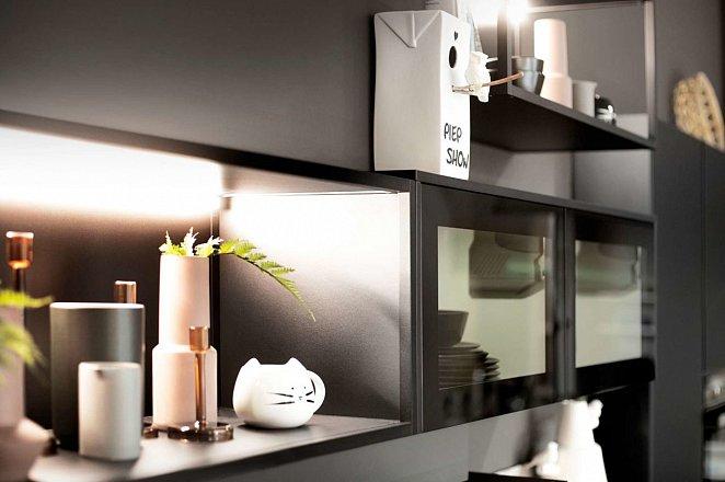 Zwart/houten keuken met losse keukenelementen - Afbeelding 2 van 3