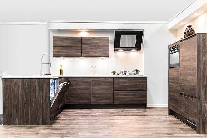 Moderne houten hoekkeuken met kastenwand - Afbeelding 1 van 5