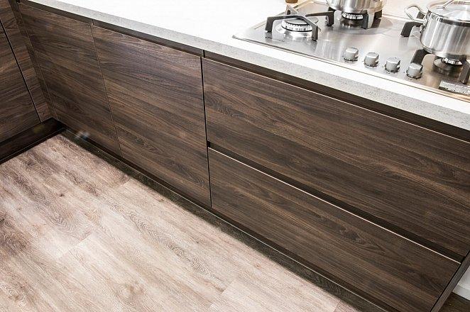 Moderne houten hoekkeuken met kastenwand - Afbeelding 5 van 5