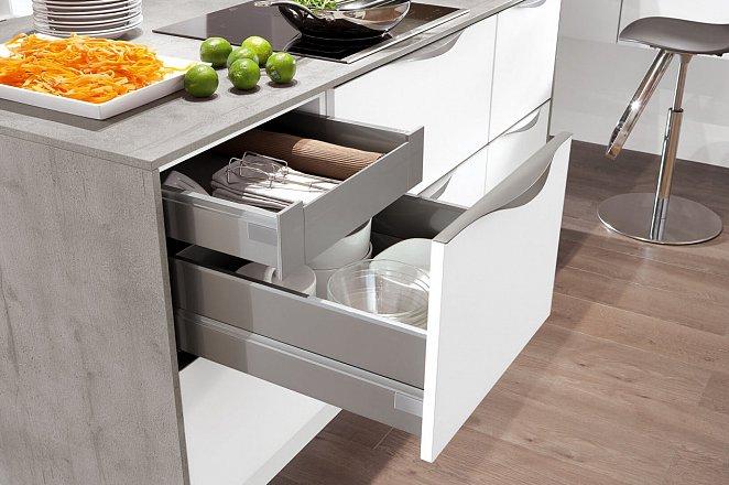 Ruime witte keuken in T-vorm - Afbeelding 2 van 4