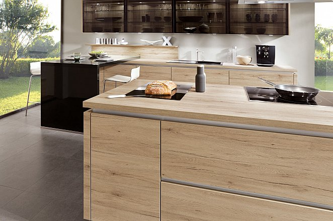 Moderne ruime keuken met kookeiland - Afbeelding 2 van 5