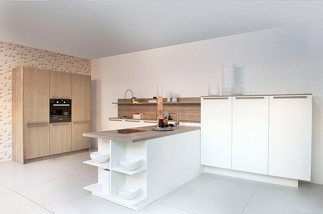 Moderne keuken in wit en hout   keukens op maat   keukenloods.nl