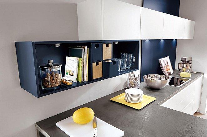 Moderne witte keuken met donkerblauwe details - Afbeelding 4 van 5