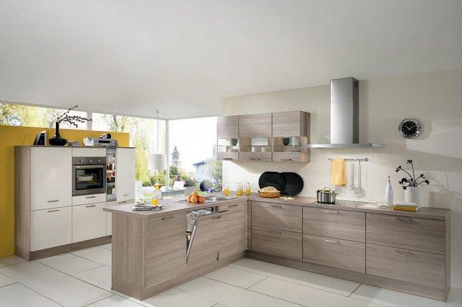 Ruime keuken met houtaccenten en schiereiland - Afbeelding 1 van 1