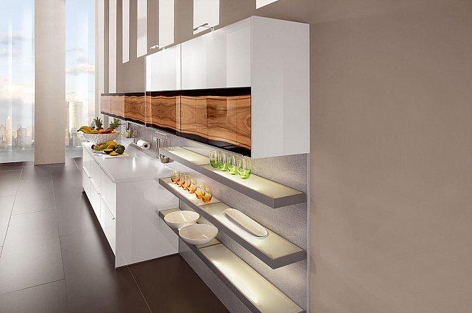 Ruime keuken met kookeiland en inbouw kastenwand - Afbeelding 2 van 2