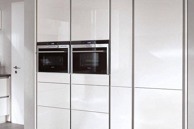 Strakke greeploze keuken in hoogglans wit - Keukens op maat ...