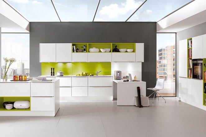 Strakke witte keuken met eiland - Afbeelding 1 van 1